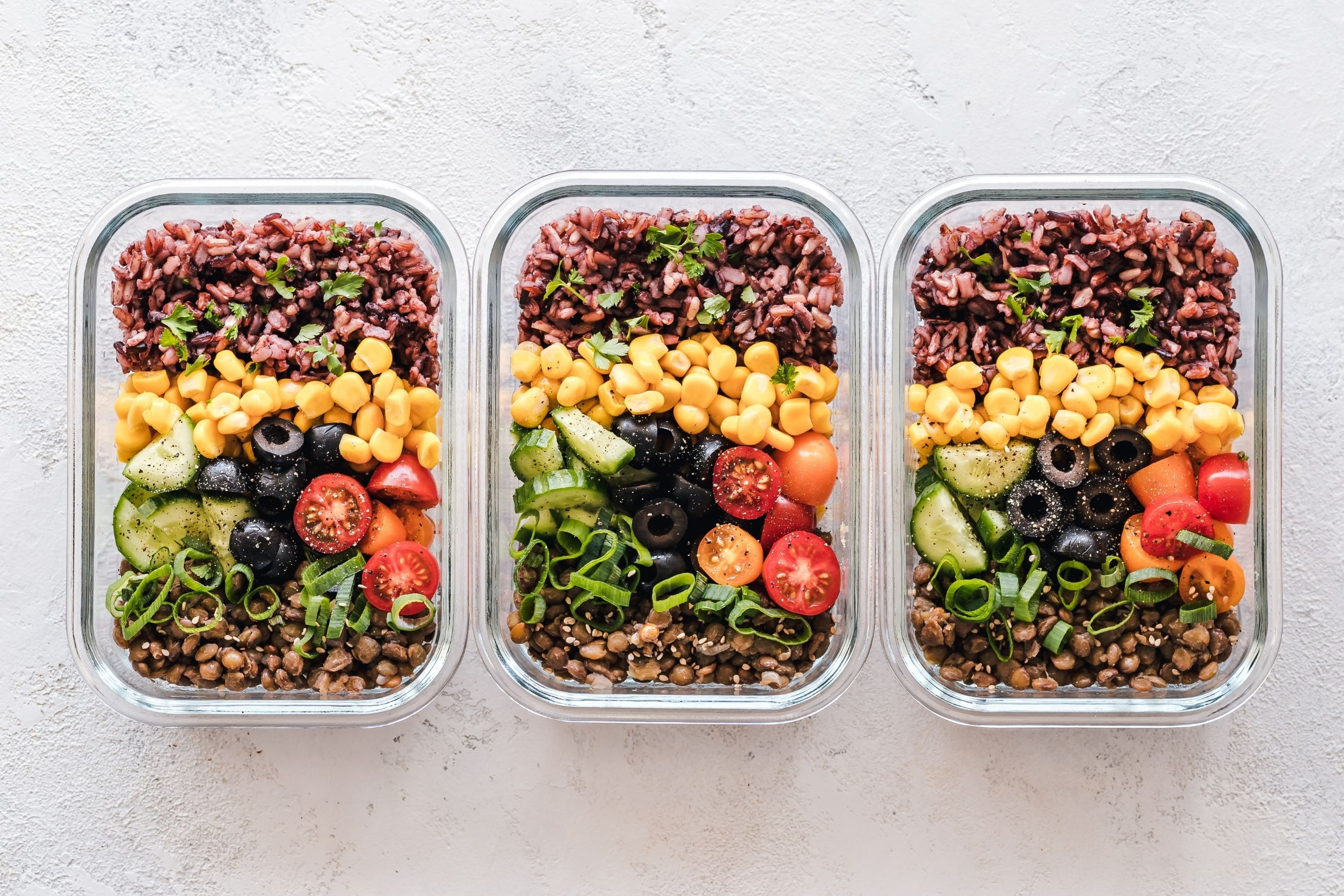 Food in containers to do a portion control diet. Meal prep meals. Healthy meals with rice, chickpeas, tomatoes.