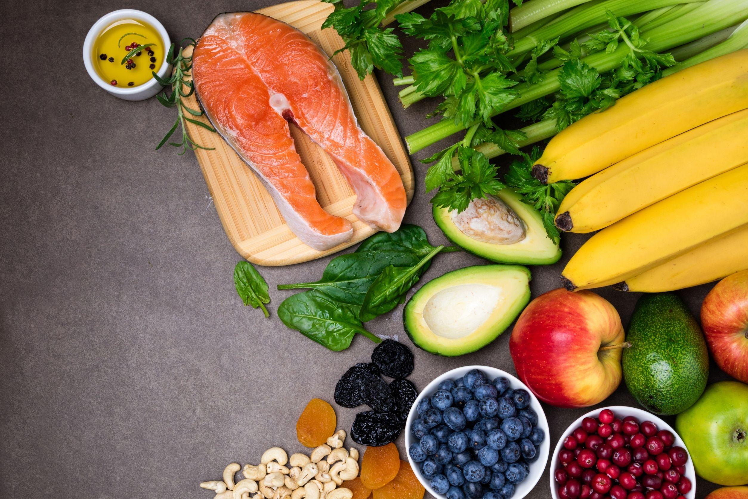 endometriosis diet that consists of healthy foods like salmon, bananas, berries, avocado, apples